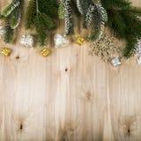 Ασημένιοι snowflakes και κλάδοι έλατου σε έναν ξύλινο πίνακα Χριστούγεννα Στοκ εικόνα με δικαίωμα ελεύθερης χρήσης