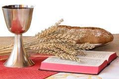Ασημένιος κάλυκας, Βίβλος, ψωμί στο άσπρο υπόβαθρο στοκ εικόνες