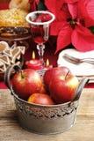 Ασημένιος κάδος των κόκκινων μήλων Χριστουγέννων Στοκ εικόνες με δικαίωμα ελεύθερης χρήσης