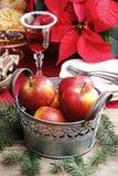 Ασημένιος κάδος των κόκκινων μήλων Χριστουγέννων Στοκ Φωτογραφίες