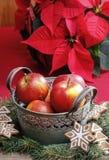 Ασημένιος κάδος των κόκκινων μήλων Χριστουγέννων Στοκ φωτογραφία με δικαίωμα ελεύθερης χρήσης