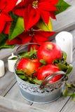 Ασημένιος κάδος των κόκκινων ώριμων μήλων μεταξύ των κεριών Στοκ φωτογραφία με δικαίωμα ελεύθερης χρήσης