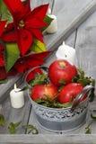 Ασημένιος κάδος των κόκκινων ώριμων μήλων μεταξύ των κεριών Στοκ εικόνες με δικαίωμα ελεύθερης χρήσης