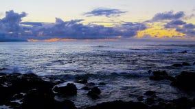 Ασημένιος-μπλε ωκεανός μετά από το ηλιοβασίλεμα φιλμ μικρού μήκους
