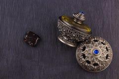 Ασημένιο ασιατικό καλλιτεχνικό αραβικό άρωμα Oud Στοκ Εικόνες
