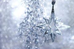 Ασημένιο αστέρι Decoraion Χριστουγέννων με τα μαγικά φω'τα Στοκ Εικόνες
