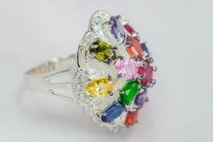 Ασημένιο δαχτυλίδι με τον πολύτιμο λίθο Στοκ φωτογραφίες με δικαίωμα ελεύθερης χρήσης