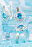 Ασημένιο δαχτυλίδι με το zircon και τον μπλε πολύτιμο λίθο Στοκ εικόνα με δικαίωμα ελεύθερης χρήσης