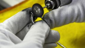 Ασημένιο δαχτυλίδι που γυαλίζει και διαδικασία καθαρισμού απόθεμα βίντεο