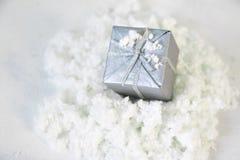 Ασημένιο δώρο Χριστουγέννων στο χειμερινό υπόβαθρο στοκ φωτογραφίες με δικαίωμα ελεύθερης χρήσης