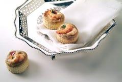Ασημένιο επιτραπέζιο καλάθι με τα πρόχειρα φαγητά γαρίδων Στοκ φωτογραφίες με δικαίωμα ελεύθερης χρήσης