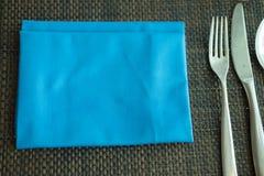 Ασημένιο επιτραπέζιο σκεύος και μπλε πετσέτα Στοκ φωτογραφία με δικαίωμα ελεύθερης χρήσης