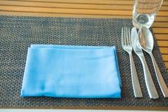 Ασημένιο επιτραπέζιο σκεύος και μπλε πετσέτα Στοκ Φωτογραφία