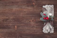 Ασημένιο επιτραπέζιο σύνολο Χριστουγέννων παλαιός ξύλινος ανασκόπη&sigm Στοκ φωτογραφία με δικαίωμα ελεύθερης χρήσης