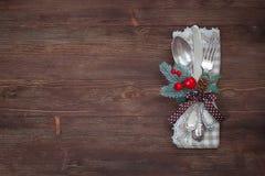 Ασημένιο επιτραπέζιο σύνολο Χριστουγέννων παλαιός ξύλινος ανασκόπη&sigm Στοκ φωτογραφίες με δικαίωμα ελεύθερης χρήσης