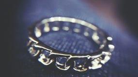 ασημένιο λευκό δαχτυλιδιών φωτογραφιών ανασκόπησης στοκ εικόνες