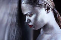 Ασημένιο και κόκκινο κορίτσι τέχνης σωμάτων στοκ φωτογραφίες με δικαίωμα ελεύθερης χρήσης