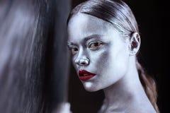 Ασημένιο και κόκκινο κορίτσι τέχνης σωμάτων στοκ εικόνα