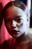 Ασημένιο και κόκκινο κορίτσι τέχνης σωμάτων στοκ εικόνες
