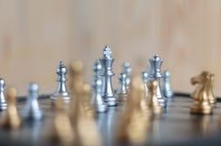 Ασημένιο και χρυσό σύνολο σκακιού εν πλω Στοκ φωτογραφία με δικαίωμα ελεύθερης χρήσης