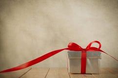 Ασημένιο κιβώτιο με την κόκκινη κορδέλλα - τρύγος Στοκ φωτογραφία με δικαίωμα ελεύθερης χρήσης