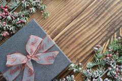 Ασημένιο κιβώτιο δώρων με την κορδέλλα Χριστουγέννων Στοκ φωτογραφία με δικαίωμα ελεύθερης χρήσης