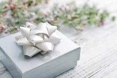 Ασημένιο κιβώτιο δώρων με την κορδέλλα Χριστουγέννων Στοκ Φωτογραφίες