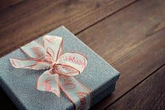 Ασημένιο κιβώτιο δώρων με την κορδέλλα Χριστουγέννων Στοκ Εικόνα
