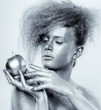 Ασημένιο κορίτσι με το μήλο Στοκ Εικόνα