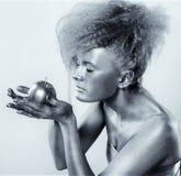 Ασημένιο κορίτσι με το μήλο Στοκ Εικόνες