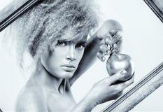 Ασημένιο κορίτσι με το μήλο Στοκ Φωτογραφίες