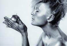 Ασημένιο κορίτσι με το μήλο Στοκ εικόνα με δικαίωμα ελεύθερης χρήσης