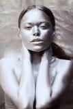 Ασημένιο κορίτσι τέχνης σωμάτων στοκ φωτογραφία