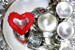 Ασημένιο κόκκινο μορφής καρδιών Στοκ εικόνες με δικαίωμα ελεύθερης χρήσης