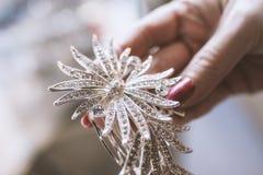 Ασημένιο κόσμημα με τα διαμάντια σε ένα χέρι γυναικών ` s Στοκ φωτογραφία με δικαίωμα ελεύθερης χρήσης