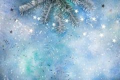 Ασημένιο λαμπιρίζοντας κομφετί και ασημένιος κλάδος δέντρων έλατου στην μπλε ΤΣΕ Στοκ Φωτογραφίες