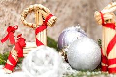 Ασημένιο μπιχλιμπίδι Χριστουγέννων σε ένα δέντρο με το χιόνι Στοκ εικόνες με δικαίωμα ελεύθερης χρήσης