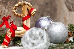 Ασημένιο μπιχλιμπίδι Χριστουγέννων σε ένα δέντρο με το χιόνι Στοκ Φωτογραφίες