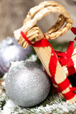 Ασημένιο μπιχλιμπίδι Χριστουγέννων σε ένα δέντρο με το χιόνι Στοκ εικόνα με δικαίωμα ελεύθερης χρήσης