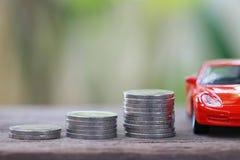 Ασημένιο νόμισμα του σωρού με το κόκκινο πρότυπο αυτοκινήτων στην αποταμίευση έννοιας για να αγοράσει Στοκ φωτογραφία με δικαίωμα ελεύθερης χρήσης