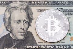 Ασημένιο νόμισμα bitcoin στενό σε επάνω τραπεζογραμματίων ενός δολαρίων Στοκ Φωτογραφία