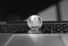 Ασημένιο νόμισμα Ethereum σε ένα πληκτρολόγιο lap-top Ανταλλαγή, επιχείρηση, εμπορική Κέρδος από crypt μεταλλείας τα νομίσματα αν στοκ φωτογραφία με δικαίωμα ελεύθερης χρήσης