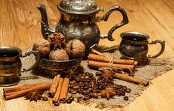 Ασημένιο δοχείο καφέ στο υπόβαθρο των φασολιών και των καρυδιών καφέ Στοκ εικόνα με δικαίωμα ελεύθερης χρήσης