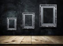 ασημένιο παλαιό πλαίσιο εικόνων στο σκοτεινό τοίχο grunge με την ξύλινη ετικέττα Στοκ Εικόνες