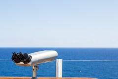 Ασημένιο πεδίο που αγνοεί την μπλε θάλασσα στοκ εικόνα με δικαίωμα ελεύθερης χρήσης