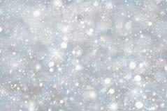 Ασημένιο υπόβαθρο Χριστουγέννων με Snwoflakes, Bokeh και τα αστέρια, μπλε χρώμα Στοκ Εικόνες