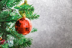 Ασημένιο υπόβαθρο Χριστουγέννων των de-στραμμένων φω'των με το διακοσμημένο δέντρο Στοκ Εικόνες