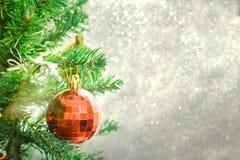 Ασημένιο υπόβαθρο Χριστουγέννων των de-στραμμένων φω'των με το διακοσμημένο δέντρο Στοκ εικόνες με δικαίωμα ελεύθερης χρήσης