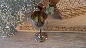 Ασημένιο φλυτζάνι κρασιού με το matzah, εβραϊκά σύμβολα για τις διακοπές Passover Pesach Έννοια Passover απόθεμα βίντεο