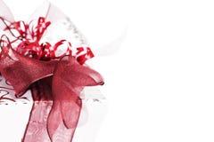 Ασημένιο χριστουγεννιάτικο δώρο με τις κόκκινες κορδέλλες Στοκ Εικόνες
